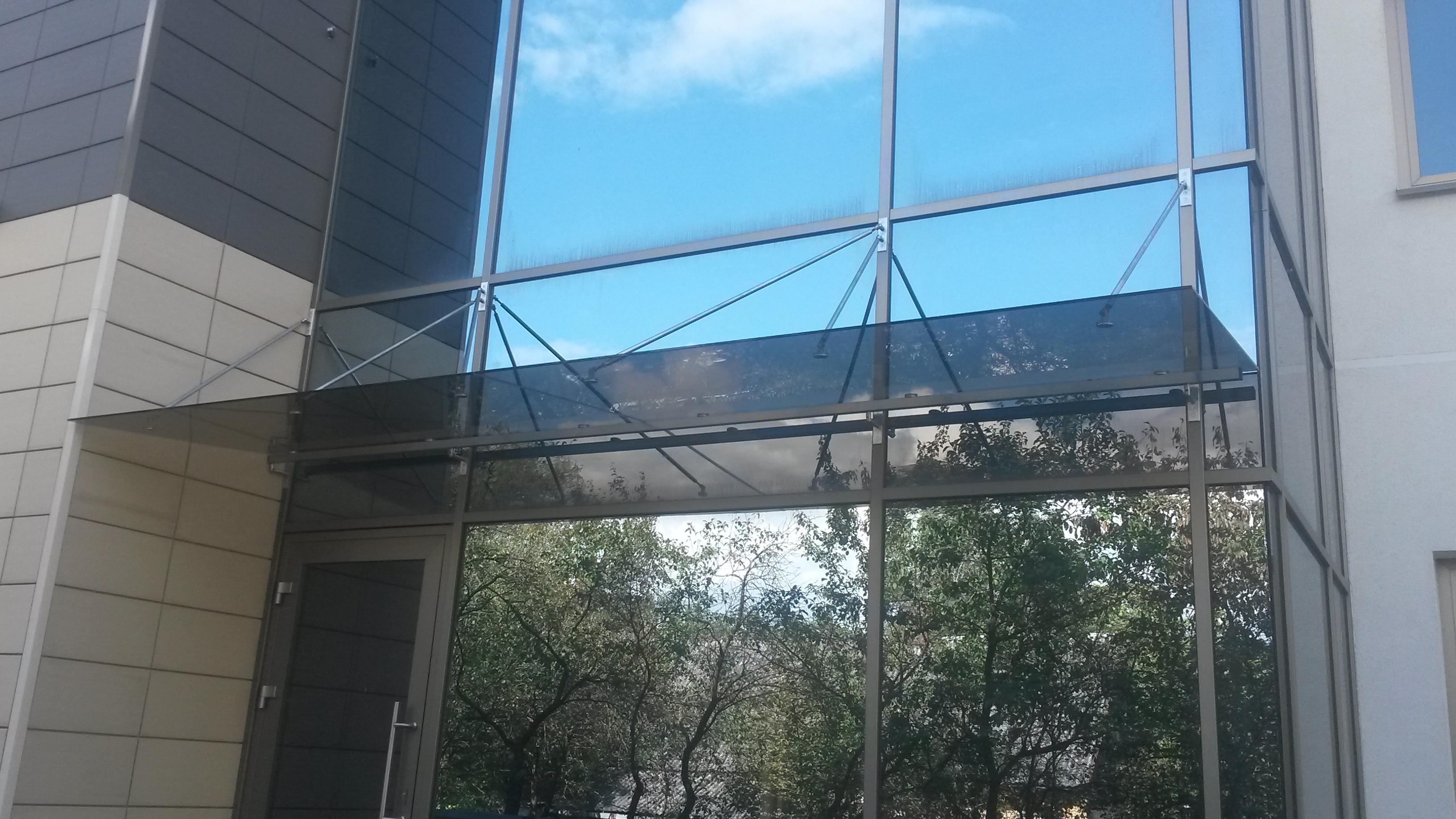 Stogelis prie stiklinio fasado