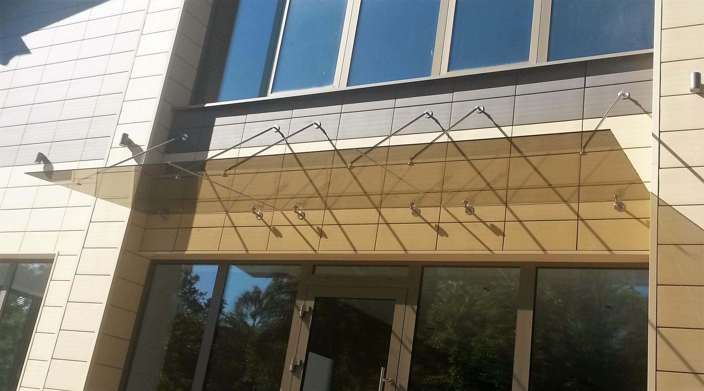 Stogelis prie vėdinamo fasado