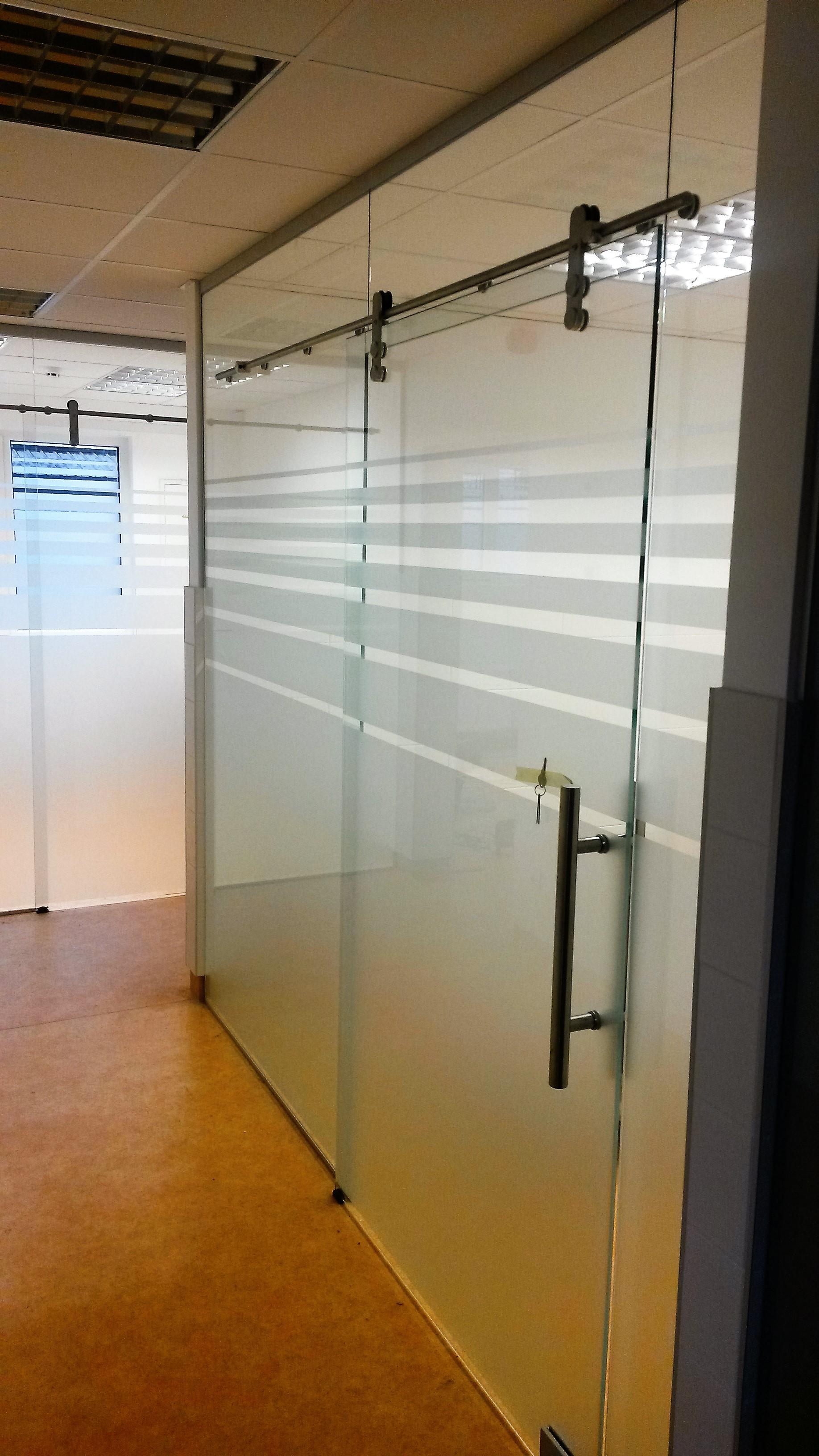 Stiklinė pertvara su stumdomomis durimis