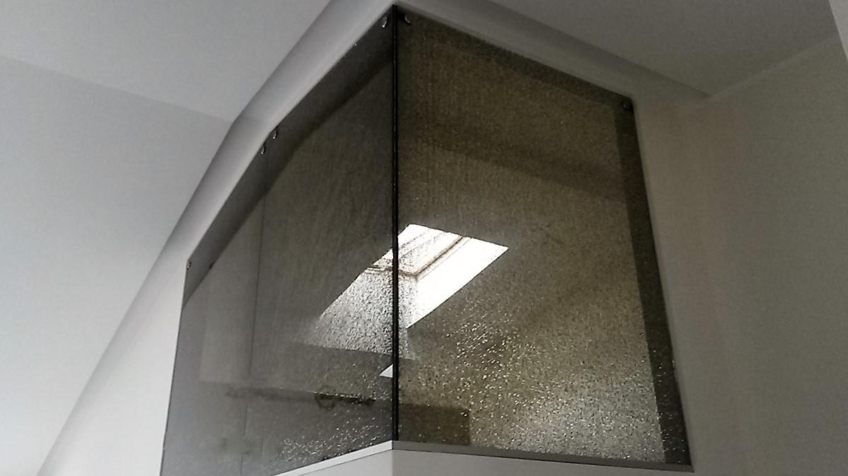 """"""" Daužyto """" stiklo sienelė"""