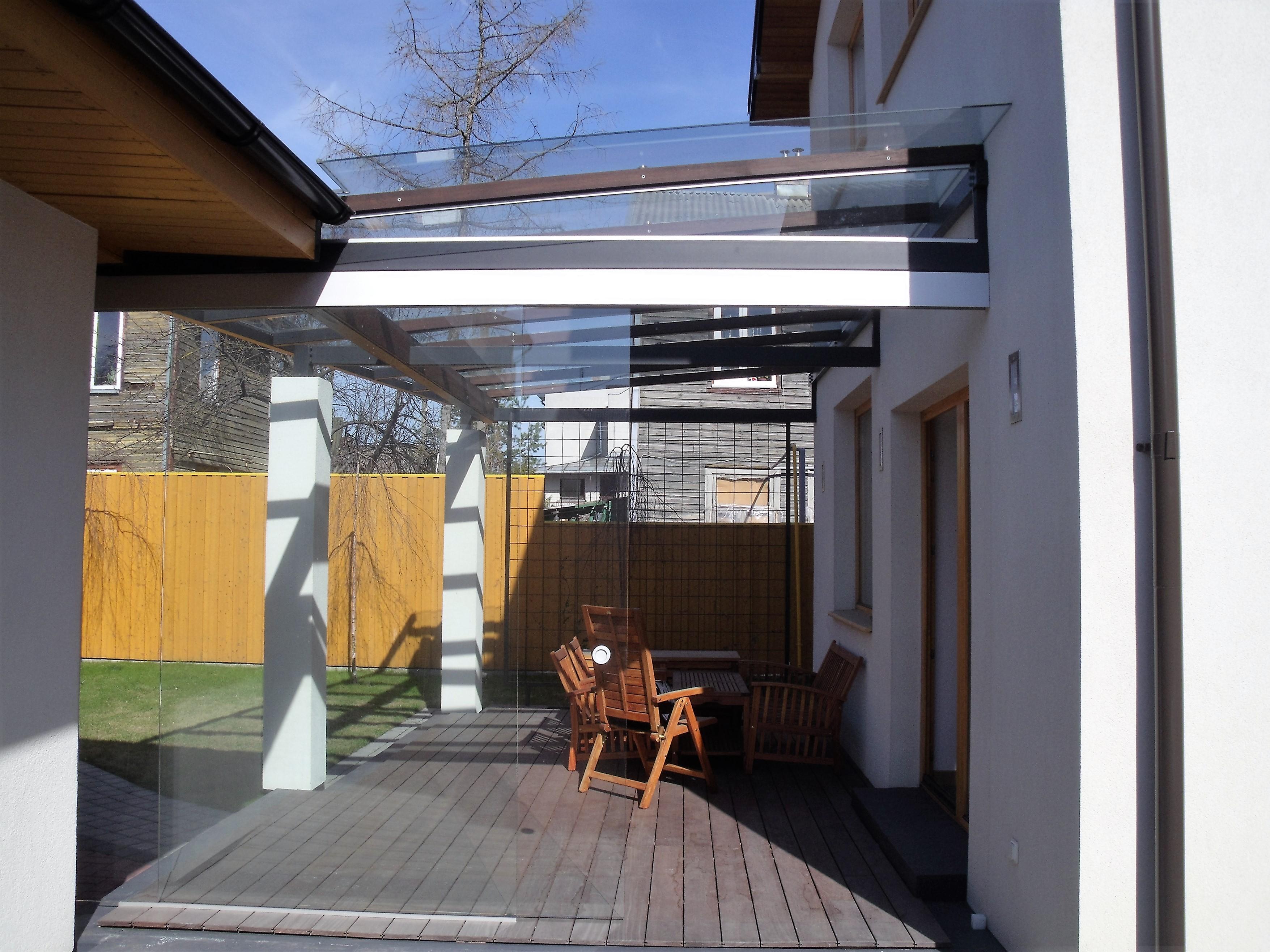 Terasos stogas su durimis vėjui sulaikyti