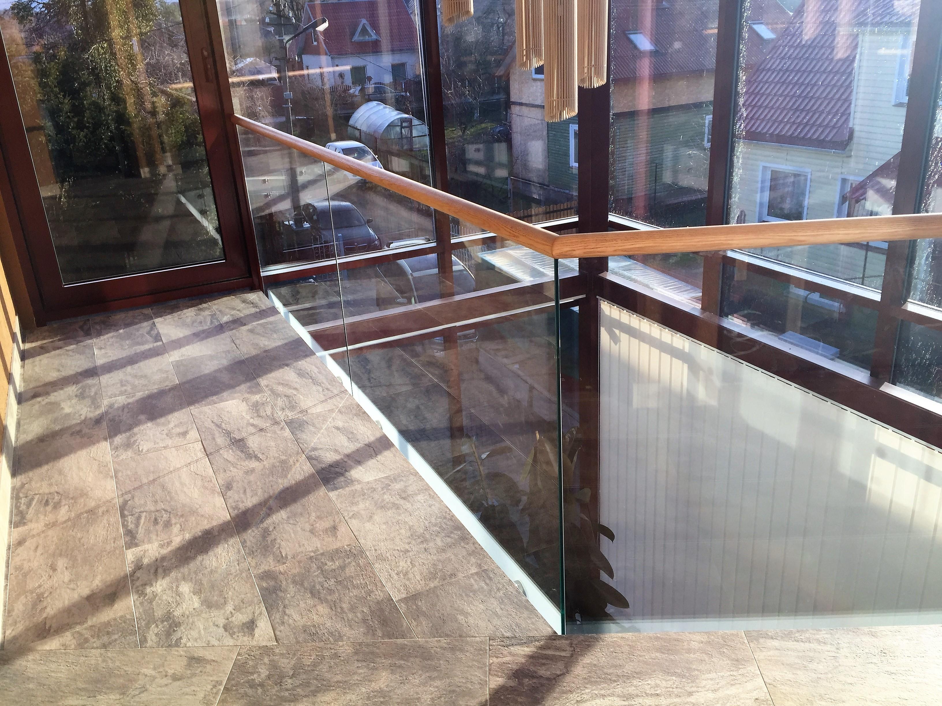 Stiklinis balkono turėklas